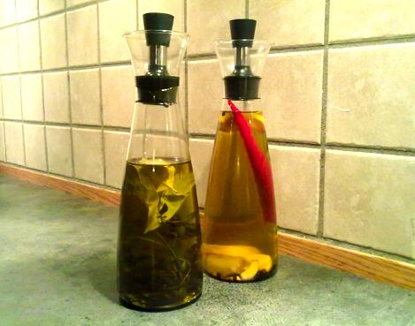 To flasker med smakssatt olivenolje