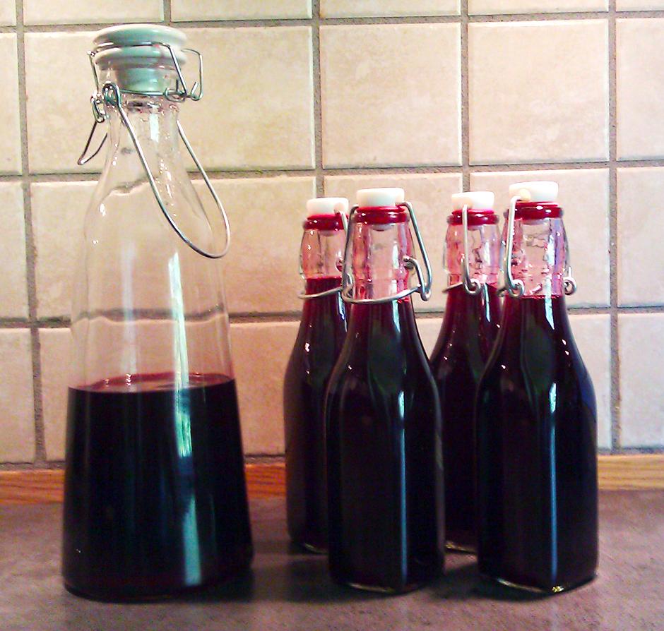 Solbærsaft på glassflasker