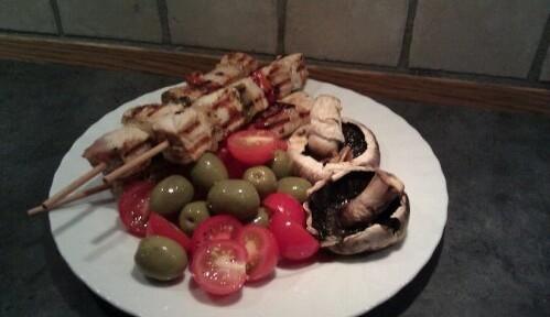 Grillmat for èn person; kalkunspidd, champion, tomat og oliven.
