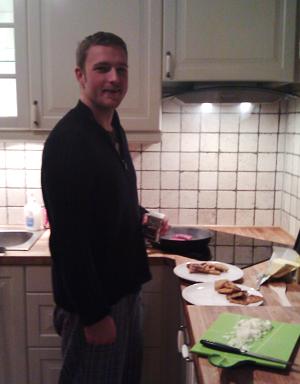 Marius lager mat i nytt kjøkken