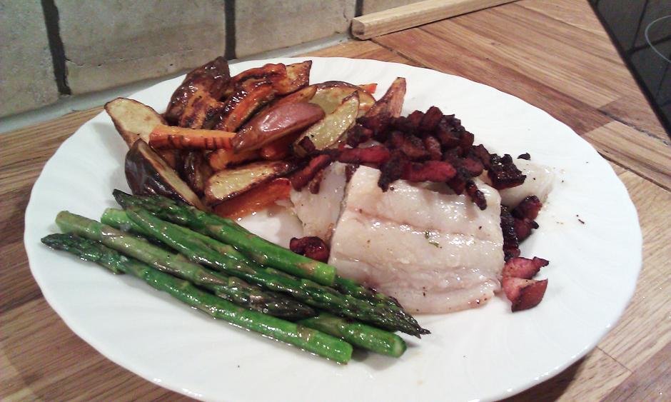 Stekt lettsaltet torsk med sprøstekt bacon