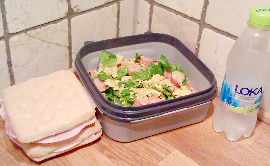 Eggerøre med pølse og sandwich
