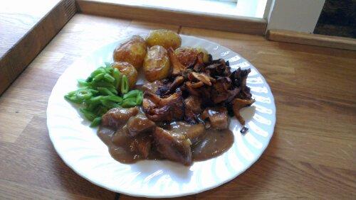Grytebiter av svin med kantarell og bønner