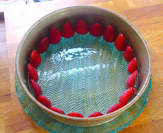 Jordbær rundt kanten kjennetegner den franske kaken Fraisier