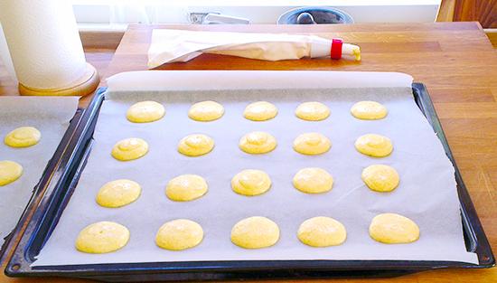 """Halve makroner eller """"pletter"""" klare for ovnen"""