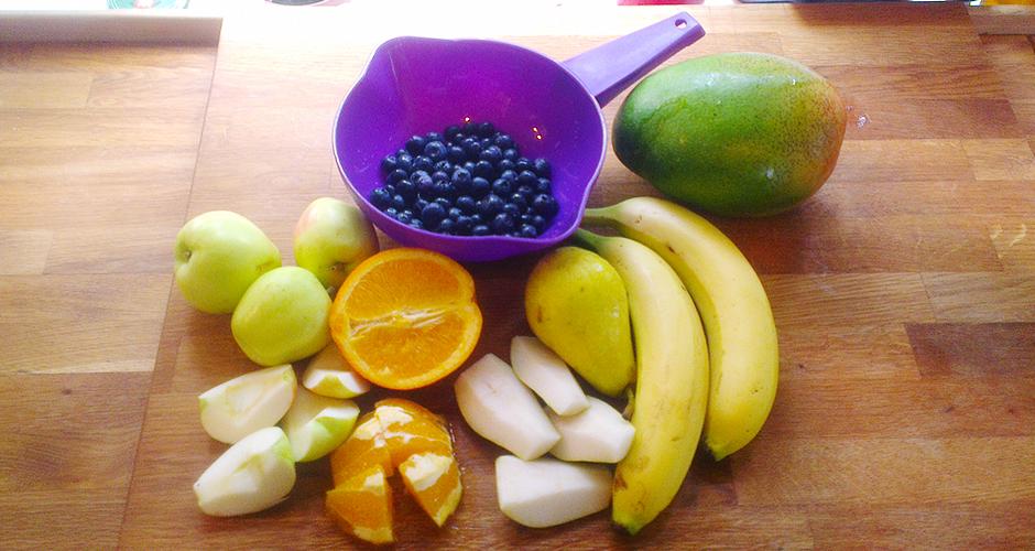 Banan, mango, blåbær, appelsin, pære og eple er godt i fruktsmoothie
