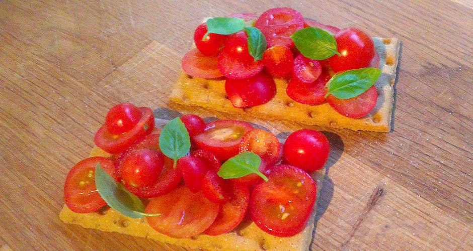 Glutenfrie knekkebrød med tomater fra egen kjøkkenhage, salt, pepper og basilikum