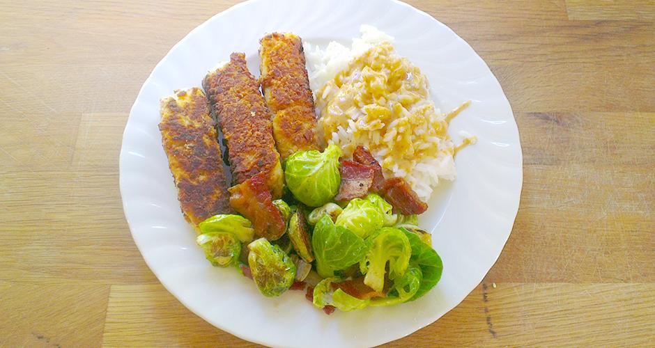 Hjemmelagede piskepinner med rosenkål, bacon, ris og sennepssaus