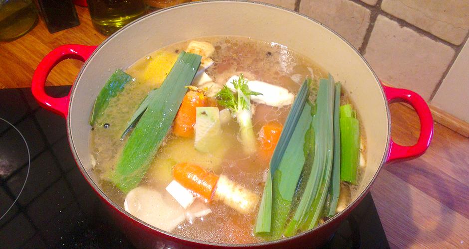 God kraft får du ved å koke kjøttet med grove grønnsaker som siden kastes