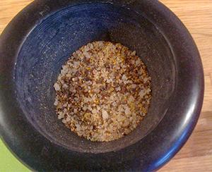 Knus krydderet i en morter