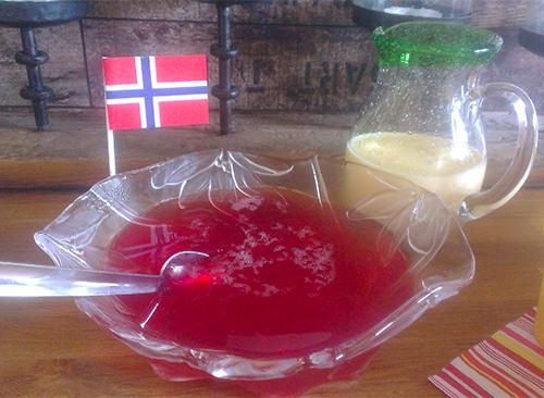 Hjemmelaget dessertgele av hjemmelaget solbærsaft