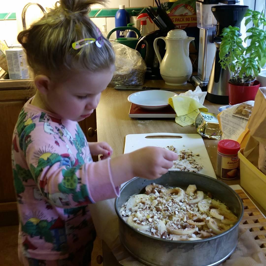 Enkel eplekake laget av en 2,5 åring (med litt hjelp)